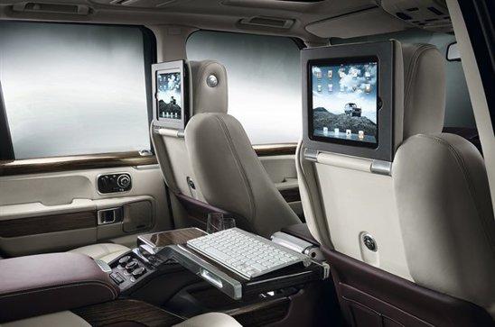 Pe spatarele scaunelor sunt plasate iPad-uri, iar in tunelul central exista un frigider