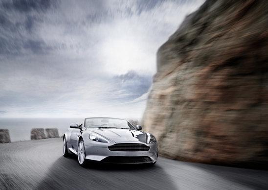 Motorul V12 de pe Aston Martin Virage are 497 CP si un cuplu maxim de 570 Nm