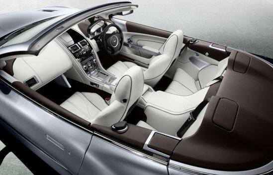 Interiorul lui Aston Martin Virage este foarte luxos si creat manual