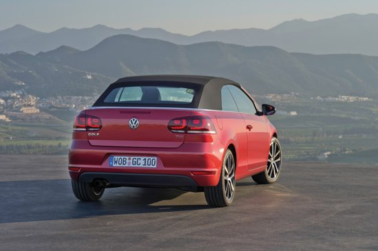 Volkswagen Golf Cabrio are un soft-top textil, fata de VW Eos, care este un coupe-cabriolet
