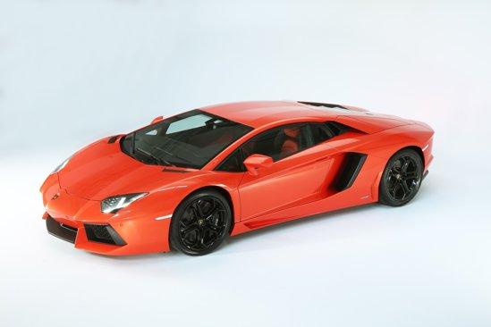 Lamborghini Aventador LP700-4 este un demn urmas al lui Murcielago, fiind foarte agresiv