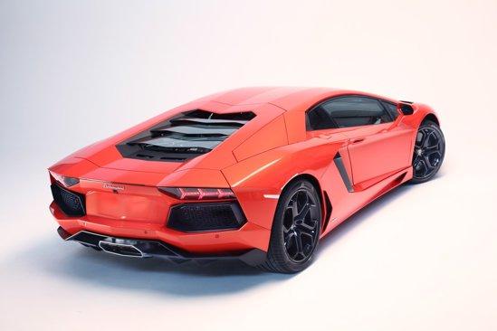 Spatele lui Lamborghini Aventador LP700-4 aminteşte de un avion de vânătoare