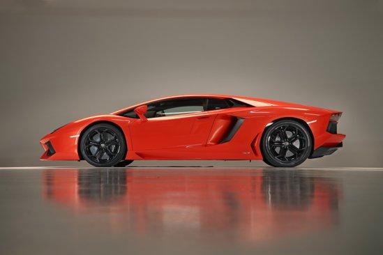 Lamborghini Aventador LP700-4 atinge 100 km/h in 2,9 secunde si o viteza maxima de 350 km/h