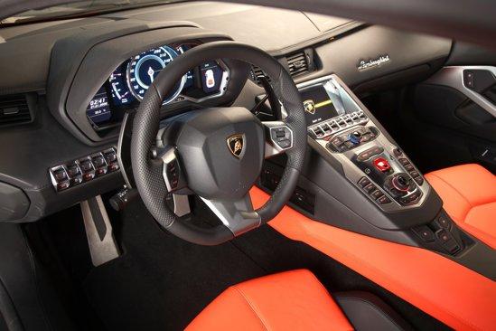 Interiorul lui Lamborghini Aventador LP700-4 este adaptat cerintelor moderne de telecomunicatii