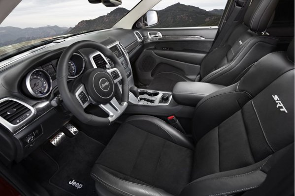 In interior, Jeep Grand Cherokee SRT8 are volan sportiv, scaune sport si insertii din carbon