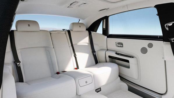Rolls Royce Ghost Extended Wheelbase are un ampatament marit cu 17 cm