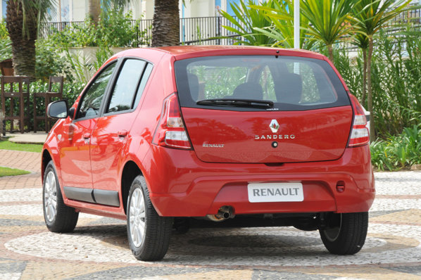 Renault Sandero facelift este modificat substantial doar in fata, spatele ramanand aproape la fel
