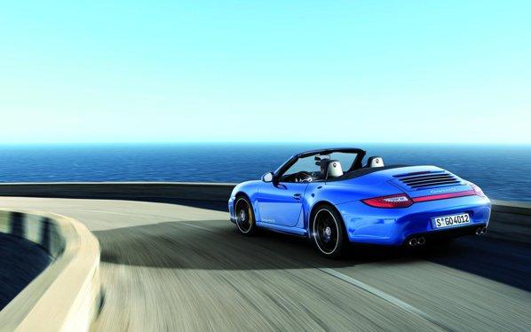 Porsche 911 Carrera 4 GTS va fi oferit in doua versiuni de caroserie: coupe si cabrio