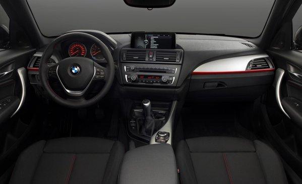 Interiorul lui BMW Seria 1, in echiparea speciala Sport Line