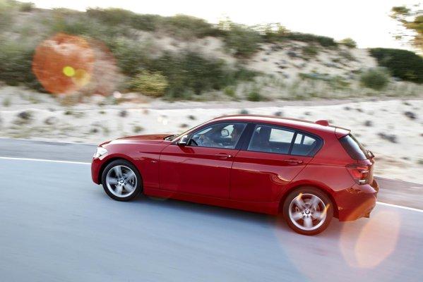 Noul BMW Seria 1 poate fi dotat cu Variable Sport Steering sau Adaptive Drive