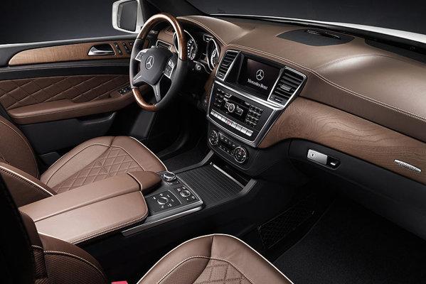 Interiorul noului Mercedes Benz ML are un stil familiar, dar nota de lux este mai pregnanta
