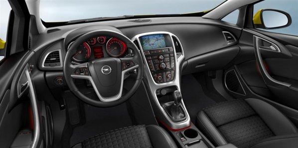Opel Astra GTC are acelasi interior cu berlina, dar cu mici detalii mai sportive