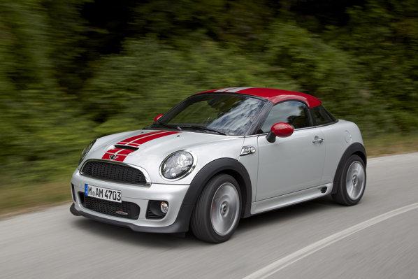 Mini Cooper Coupe este oferit in trei versiuni: 121 CP, 181 CP si 208 CP
