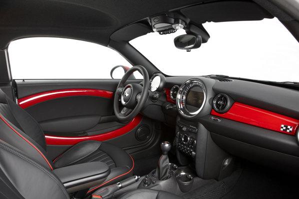 Interiorul lui Mini Cooper Coupe are aceeasi plansa de bord cu a unui Mini Cooper, dar beneficiaza de numai doua locuri