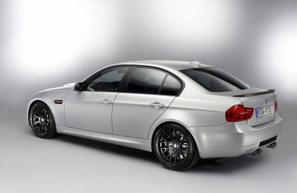La BMW M3 CRT, capota motorului, splitterul frontal si eleronul din spate sunt din CFRP