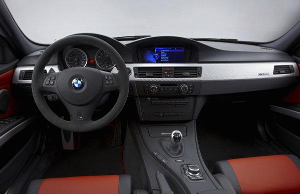BMW M3 CRT are o echipare luxoasa. Motorul si cutie M DCT sunt de pe M3 GTS