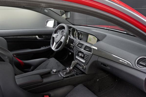 Interiorul lui Mercedes-Benz C 63 AMG Coupe Black Series are o puternica amprenta racing