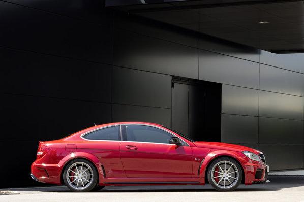 Pentru moment nu au fost comunicate pretul sau cadenta de fabricatie a lui Mercedes Benz C 63 AMG Coupe Black Series