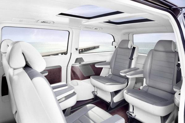 Interiorul lui Mercedes-Benz Viano Vision Pearl este finisat in tapiterie alba si are podea din lemn