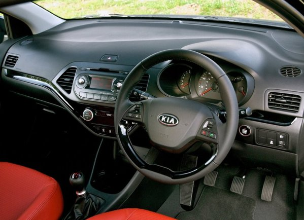 Interiorul lui KIA Picanto in 3 usi poate fi particularizat cu tapiterie din piele rosie
