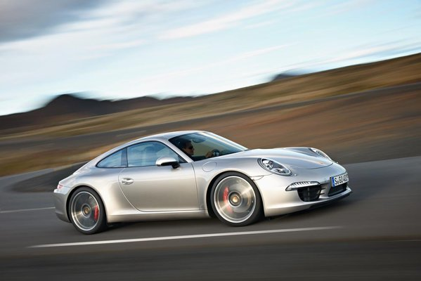 Porsche 911 Carrera S: 400 CP, 0-100 km/h in 4,3 secunde, 8,7 litri/100 km