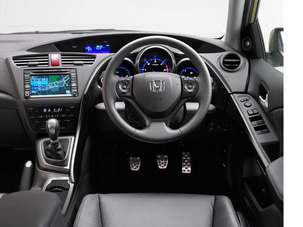Interiorul lui Honda Civic arata modern, dar multe elemente sunt acum mai clasice