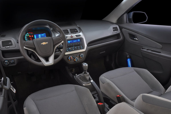 Chevrolet Cobalt are un interior mai simplist decat Aveo, dar un portbagaj de 563 litri