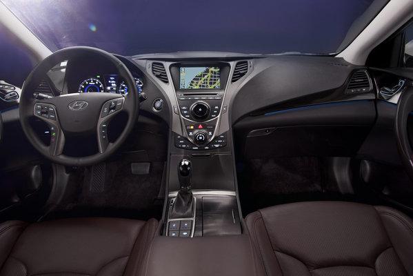 Interiorul lui Hyundai Genesis pune accentul pe lux si pe o echipare princiara