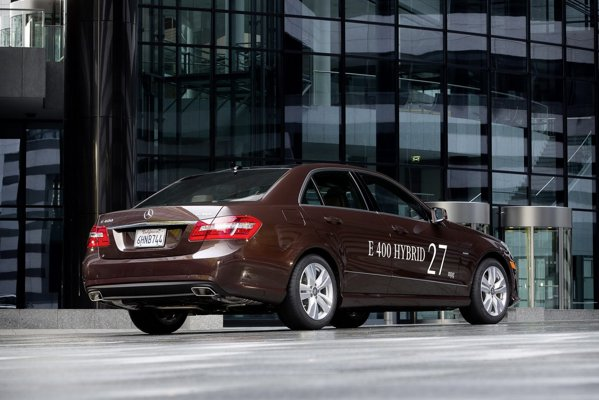 Mercedes-Benz E 400 Hybrid are un consum mediu de 27 mpg pentru SUA