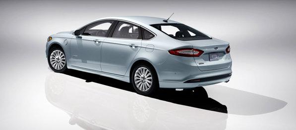 Ford Fusion Energi are propulsie hibrida plug-in, anuntand un consum de 100 MPGe