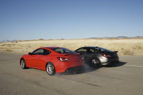 Hyundai Genesis Coupe facelift are doua motoare: 2.0 turbo de 274 CP si 3.8 V6 de 348 CP