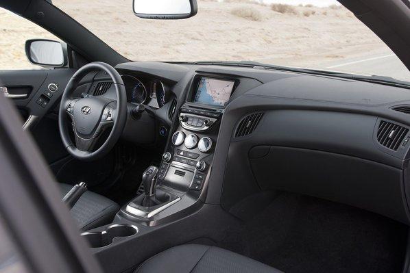 Interiorul lui Hyundai Genesis Coupe facelift ofera o echipare bogata si un nivel crescut al calitatii