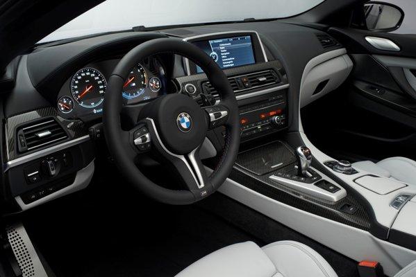 In interiorul noului BMW M6 se remarca, in primul rand, volanul personalizat M