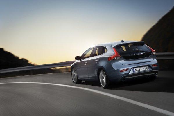 Volvo V40 are trei dieseluri, D2, D3 si D4, afisant consumuri medii intre 3,6 si 4,4 litri/100 km