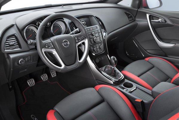 Interiorul lui Opel Astra 2012 este mai modern si mai sportiv, beneficiind de noi materiale