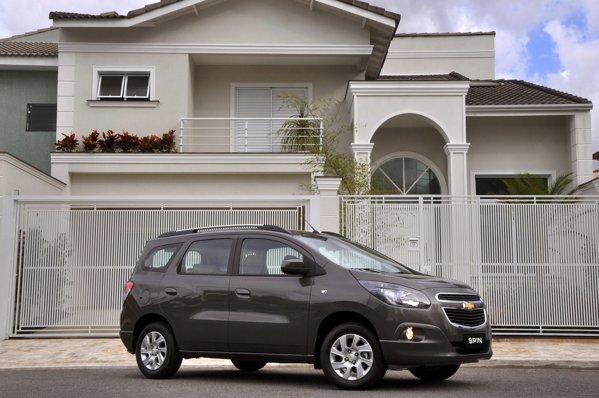 Chevrolet Spin ofera pana la 7 locuri, dar e mai scurt decat Lodgy cu 14 cm