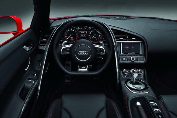 Interiorul lui Audi R8 facelift ramane neschimbat ca layout general, doar unele detalii fiind modificate