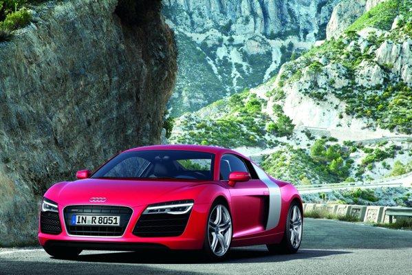 Faceliftul lui Audi R8 este evidentiat de farurile cu tehnologie LED si un aspect fresh