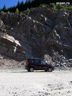"""Într-o zonă destul de importantă se lucrează intens la """"decuparea"""" muntelui, pentru a realiza în siguranţă tronsonul de şosea."""