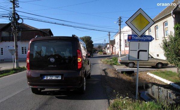 Dupa Sebes, atentie sa nu ratati indicatorul la dreapta, spre Transalpina