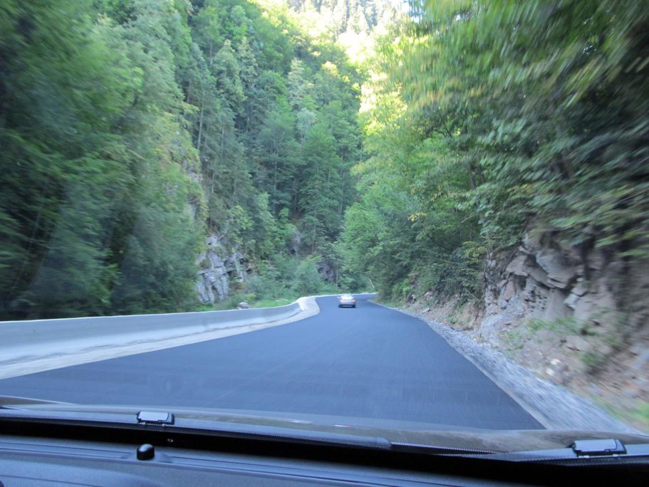 Pe porţiunea de după Sebeş avem multe porţiuni proaspăt asfaltate şi viraje excelente
