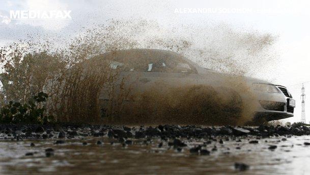 10 SFATURI UTILE pentru condusul în siguranţă prin ploaie