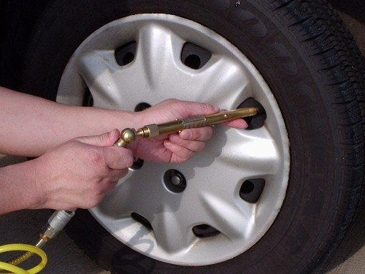 O presiune peste valoarea nominala in pneu duce la economii insignifiante, dar siguranta in trafic si confortul sunt compromise
