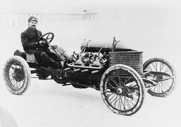 In 1906, Louis Chevrolet a stabilit un record de viteza de 117 mph pe o masina Daracq V8