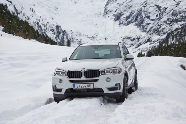 BMW X5 2013 snow. Front view