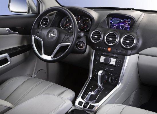 Interiorul lui Opel Antara facelift nu este modificat ca design, dar calitatea e mai buna