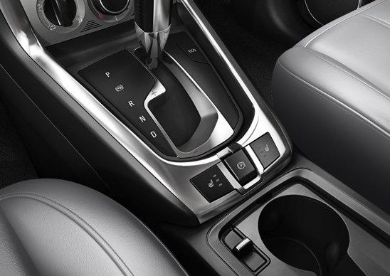 Opel Insignia facelift - inlocuirea manetei franei de mana cu un buton a dus la eliberarea unui spatiu foarte mare intre scaunele fata