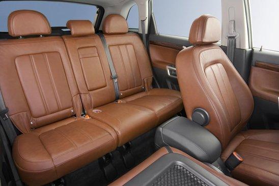 Spatiul interior in spate la Opel Antara facelift este bun chiar si pentru trei persoane