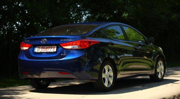 Hyundai Elantra are un aspect foarte reusit, mai ales daca e vopsita intr-o culoare potrivita