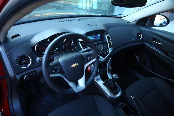 Interiorul lui Cruze hatchback este acelasi ca la sedan, plansa de bord fiind reusita